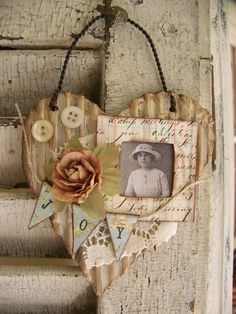 Vintage alterado del arte del collage de la vendimia de las técnicas mixtas Cottage pared del estilo del corazón Corazón colgante Papel antiguo