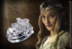 Galadriel - Anillo Nenya - Replica OFICIAL - The Lord of the Rings - Rakuten.es  Galadriel - Anillo Nenya - Replica OFICIAL - The Lord of the Rings: MER-26 de Tierra Pagana | Compra en línea en Rakuten España