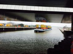 2014 - Veghel het eerste containerschip in Veghel . Brug is verhoogd