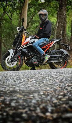 Mens Photoshoot Poses, Bike Photoshoot, Duke Photos, Duke Motorcycle, Best Poses For Men, Biker Love, Bike Pic, Ktm Duke, Light Background Images