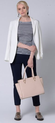 Серый пиджак, тельняшка, черные брюки, бежевая сумка, серые туфли