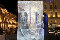 """Gli scultori del ghiaccio in piazza Castello hanno presentato LO SCUDO, stemma della Città di Torino e incipit della loro produzione.  Gli artisti realizzeranno una serie di opere (uniche) negli angoli più attraenti della città. Prenderà vita un sorprendente """"Sentiero delle Statue di Ghiaccio"""", seguendo il quale, si scoprirà una città immaginaria fatta di luce e solida trasparenza. @Natale a Torino #torino  #natale #christmas"""