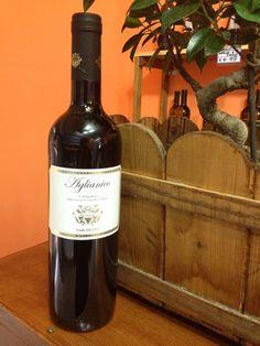 Aglianico Imbottigliato Campania I.G.T  E' un vino rosso prodotto in Campania dalle Cantine Varchetta,viticoltori dal 1891  L'Aglianico è un vitigno rosso coltivato prevalentemente in Campania, Basilicata, Puglia e Molise.  E' un vitigno molto antico, sembrerebbe di origine ellenico, di cui ne deteneva originariamente il nome, introdotto in Italia alcuni secoli a.c. L'utilizzo del vitigno è predominante nella zona delMonte Vultureed è considerato uno dei migliori vini rossi italiani.…