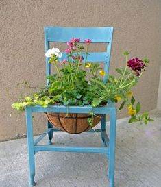 old chair planter Garden Chairs, Garden Planters, Succulent Planters, Chair Planter, Decoration Entree, Old Chairs, Unique Gardens, Plantation, Yard Art