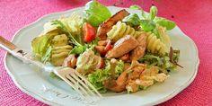 Kylling- og pastasalat - Kyllingfiletene i denne lette salaten blir marinert i en smakfull marinade med blant annet soyasaus, lime og frisk ...