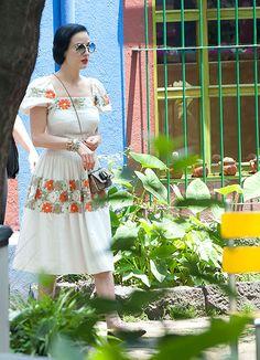 Dita Von Teese presume su lado 'más mexicano' al recorrer la famosa 'Casa Azul' de Frida Kahlo