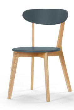 Fjord Stühle in Eiche und Eichelhäherblau.  Skandi-Design-Masterclass. Die Fjord Stühle kommen im Doppelpack und sind wahre Musterstücke, wenn es um modernes und cleanes Design geht. Passend dazu gibt es den Fjord Tisch.