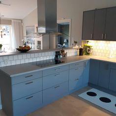 Våra Priohus är i grund och botten ganska låsta i sin utformning, men ni kan fortfarande göra huset väldigt personligt med era materialval. Här ser ni tre exempel på hur olika köket kan se ut. Upphöjd bardel, bardel i samma nivå, med och utan överskåp. Visst är det snygga personliga val?  . . #byggahus #nytthus #hustillverkare #eksjöhus #husinspo #köksinspo #kök #vedum Home Decor Kitchen, Condo, Sweet Home, Kitchen Cabinets, Ideas, House Beautiful, Cabinets, Thoughts, Dressers