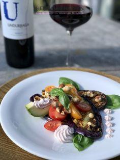 Gegrilde aubergine met geitenkaas mousse is een leuk voorgerechtje. Kies voor zoete tomaatjes erbij in verschillende kleuren zo heb je een vrolijk bordje.