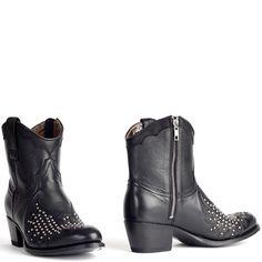Sendra booties with studs black leather. Sendra enkellaarsjes met zilver kleurige studs op de neus. International shipping -> free shipping in Europe. E-mail us! https://www.boeties.nl/sendra-enkellaarsje-zwart-met-studs-11872