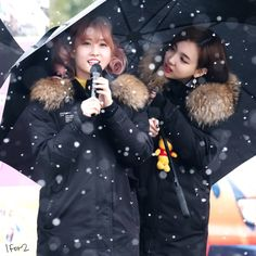 Momo and Nayeon look so beautiful in this photo in the snow!