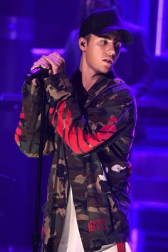 Justin Bieber Perfectly Shuts Down Fan's 'Personal' Selena Gomez Question At Concert