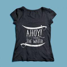T-shirt Ahoy! Een 100% katoen single jersey t-shirt verkrijgbaar met v-hals of ronde hals met een piraten thema voor zowel dames als heren! In diverse maten verkrijgbaar.   #piraat #kleding #pirates #ahoy #tshirt #textieldruk #damesshirt