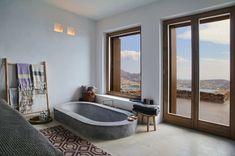 Das Badezimmer mit Betonbadewanne… (Foto: Ioanna Roufopoulou)