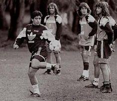 El Diéz tira magia mientras Scopponi, el Bati y Leo Rodriguez miran atentamente. Diego Armando, Football, Leo, World Of Sports, Plein Air, Soccer, Running, Walt Disney, Posters