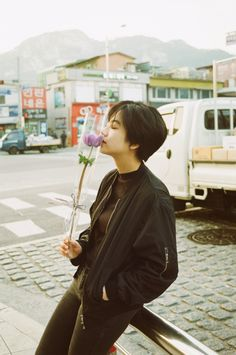 A young lady or male with a floral that they want to give to their partner. Korean Short Hair, Korean Girl, Asian Girl, Girl Short Hair, Short Hair Cuts, Pixie Hairstyles, Cool Hairstyles, Haircuts, Estilo Tomboy