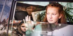 Una joven está triste al ver que su amiga se va