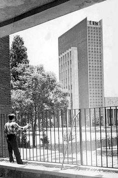 Imagen de inicios de los cincuenta donde aparece la Escuela Nacional de Maestros, obra de Mario Pani, con la torre completa. Ésta fue reducida tras el sismo de 1957 y posteriormente demolida; el resto de los edificios han sufrido algunas modificaciones, pero en general se conservan. La constancia de la existencia de la torre se mantiene en el ícono de la estación del Metro Normal