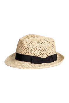 Chapeau de paille: Chapeau en papier de paille tressé avec ruban de reps autour de la calotte. Largeur de bord 5 cm.