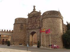 Puerta Nueva de Bisagra debe su nombre a la existe otra con el nombre de Antigua Puerta de Bisagra o de Alfonso VI. Según textos del siglo XII. Provincia de Toledo. #historia #turismo http://www.rutasconhistoria.es/loc/puerta-nueva-de-bisagra