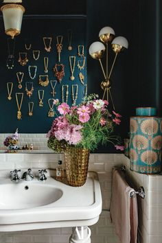 See how writer turned designer J.J. Martin brings her home to life through a collection of vintage gems, and eclectic designs from her own line. In the bathroom, Martin's vintage necklace collection is displayed on the wall featuring a 1970s brass sconce. #bathrooms #bathroomideas #jewelry #necklaces #sink #lightfixtures #design #sconce #flowers #brass #gold #eclectic #vintage Eclectic Design, Decor Interior Design, Interior Decorating, Architectural Digest, Milan Apartment, Deco Paris, Teal Rooms, Brass Sconce, Kitchen Cabinet Design