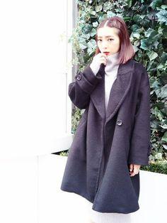 布っぽい素材を選べば引き締め色の黒もゆるいシルエットに。グレーなど薄めのニットを中に着こむのも◎