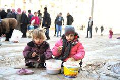 Im Viertel Tarik al-Bab haben die Vereinten Nationen eine Feldküche in Betrieb...
