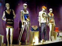 Vitrine Atlântico Shopping - February 2013 - Balneário Camboriú SC Brasil - preto e branco + maxi colar + maxi carteira + t shirt caveira