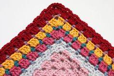 Learn how to add beautiful crochet afghan edging to your granny squares with this Granny Square Border Tutorial. This crochet edging technique is a beautiful way to finish off any granny square pattern. Add as many layers of borders as you like. Point Granny Au Crochet, Grannies Crochet, Granny Square Crochet Pattern, Crochet Blocks, Crochet Borders, Crochet Squares, Crochet Blanket Patterns, Crochet Stitches, Crochet Edgings