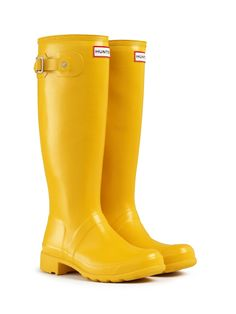There's just something about yellow rain boots that makes me want them. Maybe it's because they remind me of Coraline! #Hunter #RainBoots