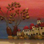 Quadro realizzato su tela con colori acrilici e sassolini di varie forme e colore che unite alla mia fantasia danna vita ad un paesaggio in riva al mare. Tutto il materiale usato per realizzare qus...