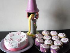 Torta y Cupcakes con la torre de Rapunzel.