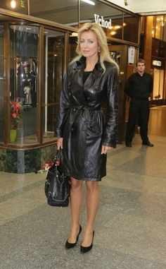 Leather Coat Daydreams: How to Style a Leather Trench Coat Long Leather Coat, Leather Mini Dress, Leather Dresses, Leather Trench Coat Woman, Leder Outfits, Leather Jacket Outfits, Trench Coat Outfit, Trench Coats, Black Raincoat