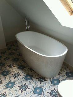 Vrijstaand bad met badkraan op portugese tegelvloer door  Van Manen Badkamers te Barneveld