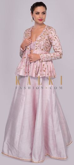 This flawless lehenga set is sure to get your noticed. Feature powder pink raw silk lehenga with kali and cut dana embroidered hemline. Jacket Lehenga, Lehenga Crop Top, Lehenga Blouse, Raw Silk Lehenga, Pink Lehenga, Crop Top Designs, Blouse Designs, Indian Dresses, Indian Outfits