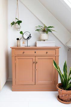 Mini Makeover van een dierbaar meubelstuk - Enter My Attic Red Furniture, Home Decor Inspiration, Bedroom Vintage, Furniture, Vintage Cabinets, Restoring Old Furniture, Home Deco, Home Bedroom, Sideboard Decor