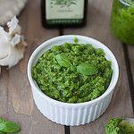 Pesto kan bruges til rigtig mange ting, og det er faktisk ret nemt at lave det selv. Her er den lavet med basilikum og cashewnødder.