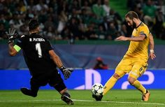 Juventus' Argentinian forward Gonzalo Higuain (R) vies with Sporting's goalkeeper Rui Patricio before scoring the equalizer goal during the UEFA Champions League football match Sporting CP vs Juventus FC at the Jose Alvalade stadium in Lisbon on October 31, 2017. / AFP PHOTO / FRANCISCO LEONG