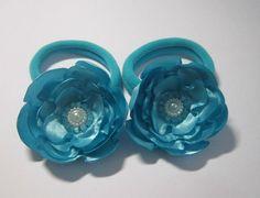 Encomenda: par de flores de cetim azul turquesa presas em um prendedor de cabelo estilo rabicó/xuxinha.