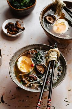 Try this vegetarian miso soup with eggs, shiitake and a delicious ginger broth! Vegetarian Dinners, Japanese Vegetarian Recipes, Japanese Recipes, Soup Recipes, Vegan Recipes, Cooking Recipes, Noodle Recipes, Essen, Travel Destinations