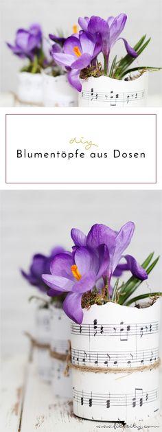 DIY Deko: Holt euch den Frühling nach Hause mit diesen Blumentöpfen aus Dosen und Notenblättern.