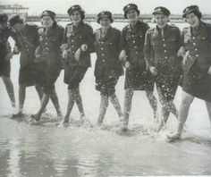 Women of the ATS take a dip Female Hero, Female Soldier, American Code, Effort, Ww2 Women, Canadian Soldiers, Girls Uniforms, Historical Images, Royal Air Force