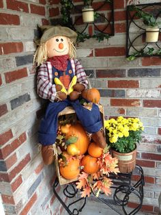 Fall porch decor Fall porch decor Always aspired to learn how to knit, nonetheless not certain where do you start? This kind of Complete . Halloween Veranda, Fall Halloween, Farmhouse Halloween, Vintage Halloween, Halloween Ideas, Halloween Party, Halloween Costumes, Halloween Porch Decorations, Thanksgiving Decorations