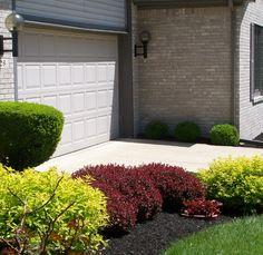 Landscaping ideas for low maintenance k+m front sidewalk and front – Front Yard İdeas Landscaping Plants, Outdoor Landscaping, Front Yard Landscaping, Outdoor Gardens, Landscaping Ideas, Lawn Sprinklers, Up House, Garden Landscape Design, Garden Planters