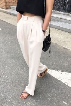 How To Wear White High Waisted Pleated Pants This Summer Our new fashion obsession - fashion Trendy Outfits, Summer Outfits, Fashion Outfits, Fashion Pants, Fasion, Womens Fashion, Fashion Trends, Spring Summer Fashion, Autumn Fashion