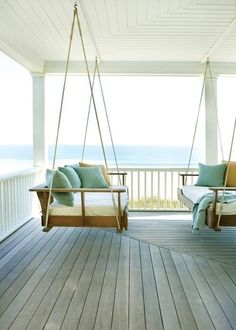 Porche / Terrasse en bois / Balustrade blanche / Fauteuil canapé balançoire