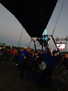 La tripulación ayudando para que el globo más feliz de la tierra: Mickey este listo #ladodisney #disneyside en el Festival Internacional del Globo en #León #ViveFIG
