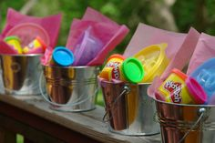 32 Kids' Goodie Bags That Are Actually Good Need some inspiration for kids party bags? Here's 32 amazing ideas!Need some inspiration for kids party bags? Here's 32 amazing ideas! 3rd Birthday Parties, Birthday Fun, Birthday Gifts, Birthday Ideas, Birthday Giveaways For Kids, Diy Goodie Bags Birthday, 1st Birthday Party Favors Girl, Backyard Birthday, Party Giveaways