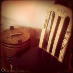 Sabe aquela cadeira que tem lá em casa? O que diz em transforma-la? Esta é para alguém muito importante!!! A VIP Chair!!! ✿ Encomendas...