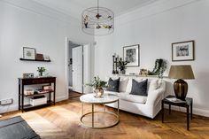 гостиная пол паркет диван подушки полка лампа столик